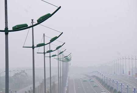 Hệ thống các cột đèn chiếu sáng trên suốt chiều dài đường.