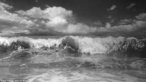 Từ những nếp nhăn trên khuôn mặt của một người đàn ông, đám khói thuốc lá hay những con sóng vỗ bờ đều hiện lên sống động như ảnh chụp.