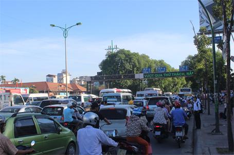 Đường Phạm Văn Đồng ùn tắc kéo dài