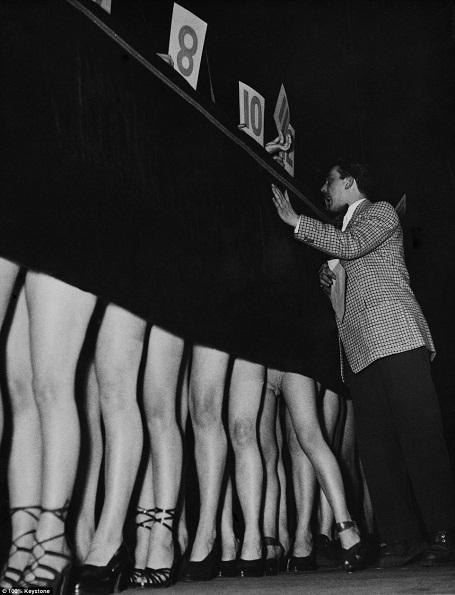 Cuộc thi tìm kiếm đôi chân đẹp nhất được tổ chức ở Paris hồi năm 1950. Thực ra, so với cuộc thi người đẹp mắt cá chân thì cuộc thi này đã táo bạo hơn nhiều, tuy vậy, tấm rèm bí ẩn che giấu nhan sắc, vóc dáng của thí sinh vẫn còn hiện diện.