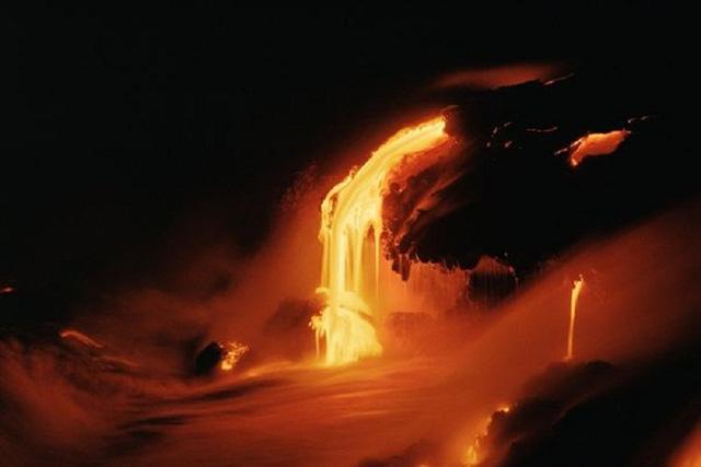 Núi lửa Kilauea phun trào khoảng 230.000 - 600.000 m3 dung nham mỗi ngày. Ảnh: nationalgeographic.