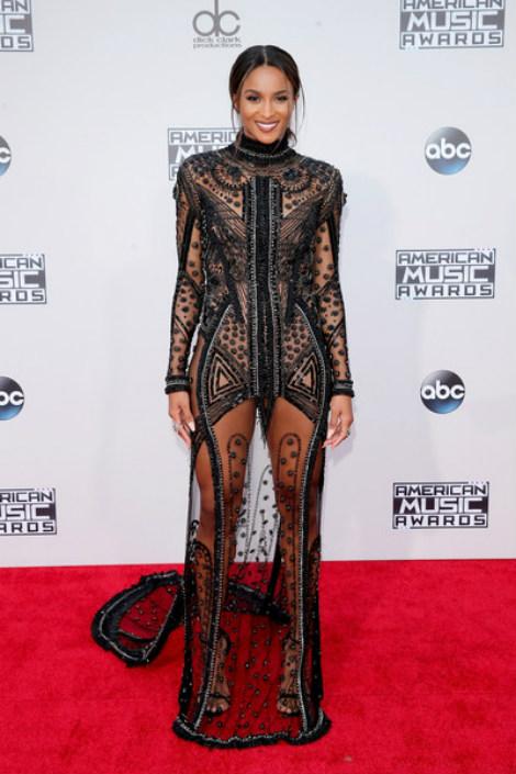Ciara quyến rũ với váy đen xuyên thấu mang hoa văn nổi bật.