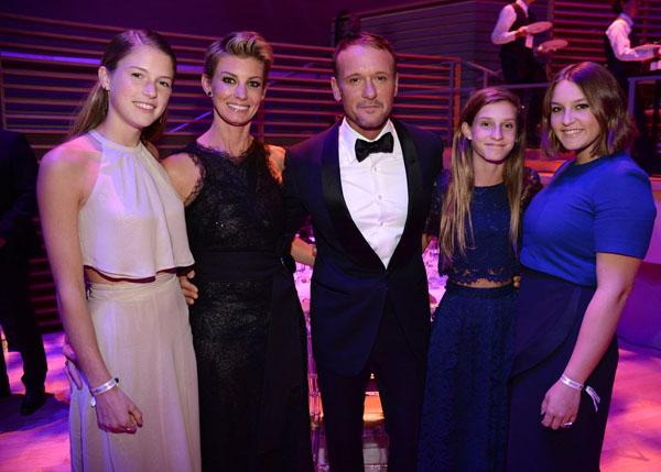 Còn với ca sĩ Tim McGraw, 3 cô con gái gồm Gracie (17 tuổi), Maggie (16 tuổi), Audrey (13 tuổi) dù đang là những thiếu nữ, anh vẫn luôn dành sự quan tâm đến ba cô bé và coi như là những cô con gái bé bỏng.