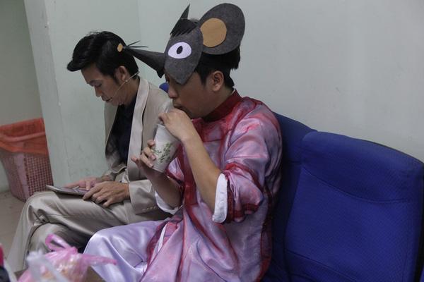 Trường Giang trong trang phục áo dài và chiếc mặt nạ chuột vẫn mải mê với ly trà sữa.