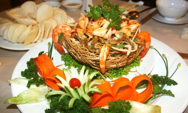 Gỏi hải sản khoai môn giòn rụm, cả rổ đan bên ngoài cũng có thể ăn được