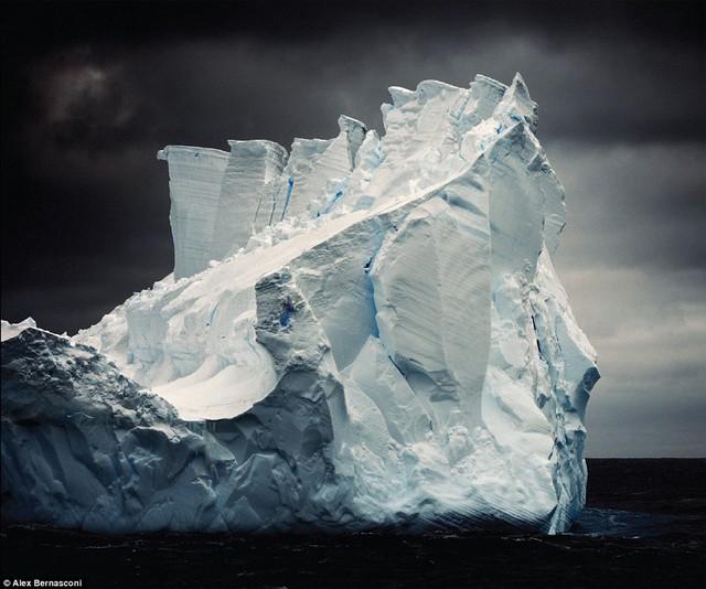 """Tảng băng trôi khổng lổ ở Erebus và vịnh Terror. Hình ảnh này cũng xuất hiện trong cuốn sách mới """"Blue Ice"""" của tác giả."""