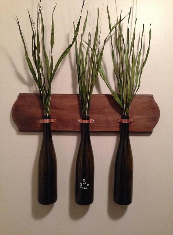 Vỏ chai biến thành chậu cây treo, tạo không gian xanh cho ngôi nhà.