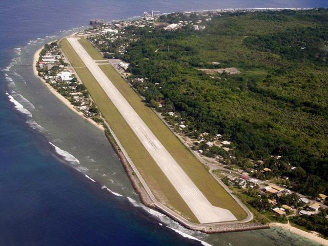 Sân bay quốc tế trên đảo Nauru nằm ở vị trí hiểm hóc khi một bên giáp biển, một bên giáp đất liền khiến phi công khó điều khiển bay thăng bằng.