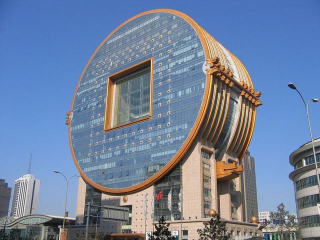 Công trình Fangyuan Mansion nằm tại thành phố Thẩm Dương, được thiết kế như một đồng xu từ thời Trung Quốc cổ đại. Tòa nhà hoàn thành vào năm 2011, do nhóm kiến trúc sư CY Lee & Partners thiết kế. Đây cũng là nhóm kiến trúc sư thiết kế tòa nhà 101 Đài Bắc. Tuy nhiên, CNN từng bình chọn Fangyuan Mansion là một trong những tòa nhà xấu nhất thế giới.
