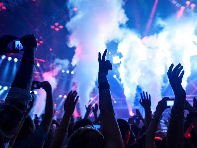 """""""Bùng cháy"""" hết cỡ trong bữa tiệc đêm tại một thành phố nước ngoài cho tới khi trời sáng"""