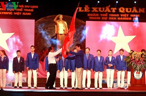 Bộ trưởng Hoàng Tuấn Anh trao cờ cho Trưởng đoàn TTVN Trần Đức Phấn.