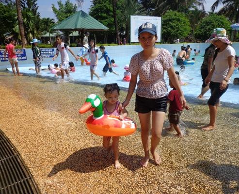 Phụ huynh đưa con đi công viên giải nhiệt ngày hè nắng nóng