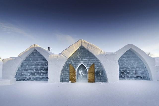 Khách sạn de Glace ở Quebec, Canada, là khách sạn băng đầu tiên và duy nhất tại Bắc Mỹ. Khách sạn lần đầu tiên được xây dựng vào năm 2001 và được làm từ 15.000 tấn tuyết và 500.000 tấn băng mỗi năm.