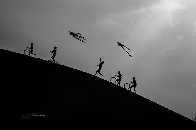 Những em bé người Chăm thả diều trên đồi cát