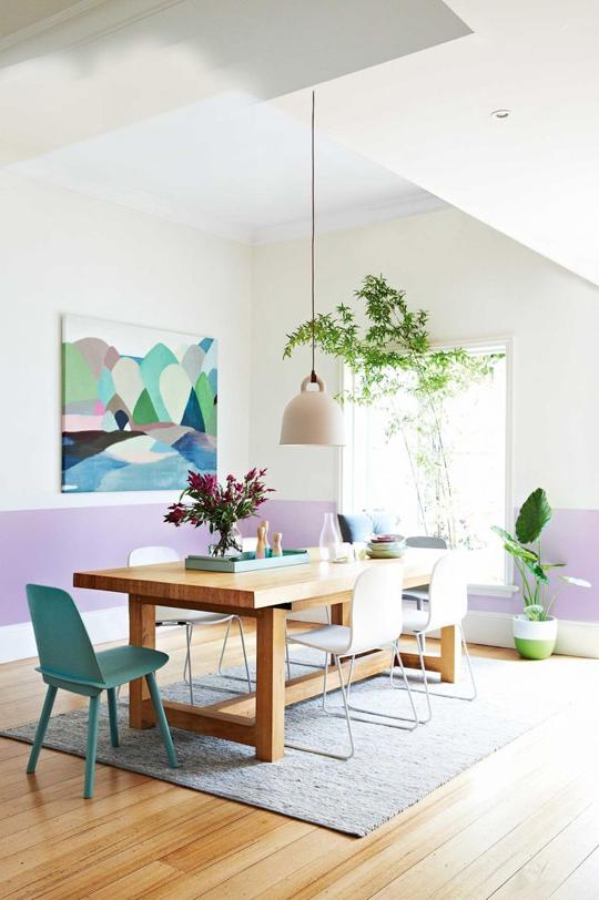Một bức tranh/ảnh đẹp mắt sẽ giúp khu vực bàn ăn trở nên ấn tượng hơn