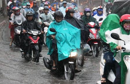 Ùn tắc giao thông do xe ngập nước trên đường Tô Ngọc Vân, quận Thủ Đức, TPHCM.