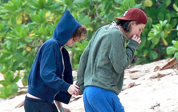 Suốt một tháng qua, Kristen và Alicia hầu như không tách rời. Họ đi du lịch cùng nhau, cùng mua sắm, dạo phố... và ở chung nhà.