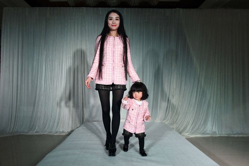 Tại show diễn, 2 mẹ con cùng mặc thời trang đôi rất sành điệu