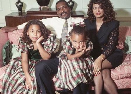 Hai chị em Beyonce và Solange Knowles đã có những năm tháng êm đềm và hạnh phúc trong vòng tay cha mẹ ruột. Sự nghiệp hiện tại của Solange và Beyoncé có được một phần nhờ công gây dựng của cha và mẹ cô. Ngay từ khi còn nhỏ, hai chị em Beyoncé đã được định hướng phát triển nghệ thuật. Trong bức thư gửi mẹ gần đây nhân Ngày của mẹ, Beyoncé đã gọi mẹ ruột là người bạn thân thiết và thấu hiểu.