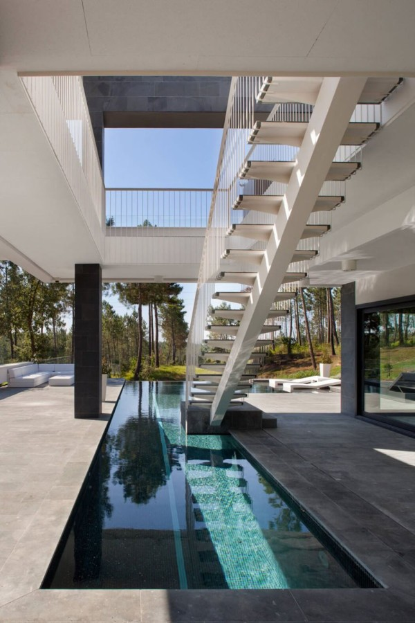 Ngôi nhà ở Tây Ban Nha này lại được thiết kế bể bơi ngay ở tầng 1.Tuy khá đơn giản nhưng đây là mẫu bể bơi trong nhà khá tiện lợi, đặc biệt nó còn giúp bạn có thể bơi trong thời tiết mưa gió.