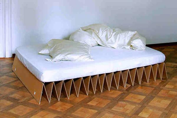 Chiếc giường này rất tiện để cất giữ hay sửa chữa. Đây là ý tưởng hoàn hảo dành cho những người phải di chuyển nhiều.