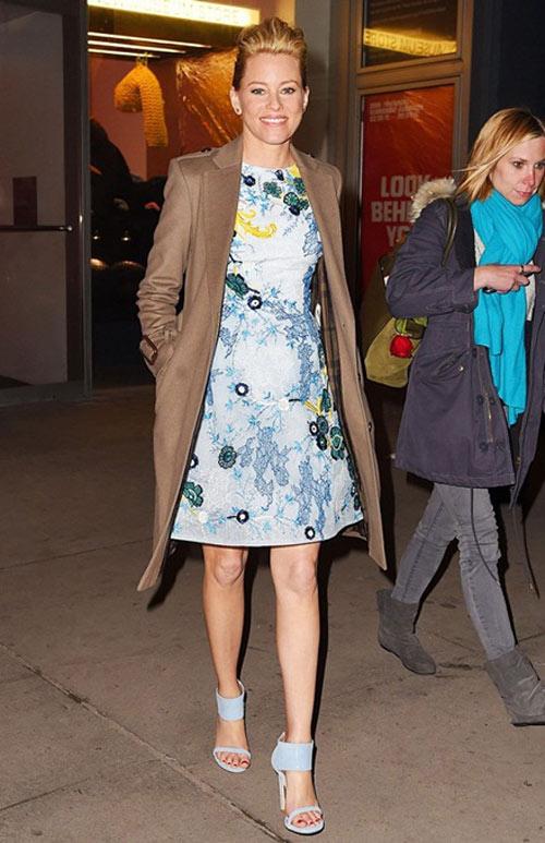 Mẫu giày màu xanh pastel cũng chinh phục được Elizabeth Banks.