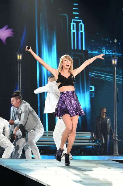 Lượng fans khủng chào đón Taylor tại sân bay Narita khi cô tới Nhật Bản đã khiến sân bay ở đây rơi vào hỗn loạn và thậm chí một vài chuyến bay đã bị chậm lại.
