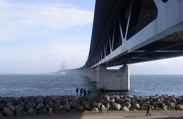 Cây cầu có 2 tầng, tầng trên dành cho ô tô và bên dưới dành cho tàu hỏa