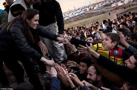 Angelina Jolie trong vai trò Đặc phái viên của Liên Hợp Quốc đã gặp gỡ những người dân đang tị nạn ở trại Khanke IDP.