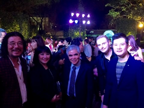 Vợ chồng ca sĩ Cẩm Vân, Khắc Triệu và ca sĩ Quang Dũng chúc mừng Nick Út.