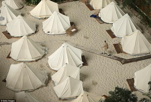Những căn lều dựng ngay bên bờ biển