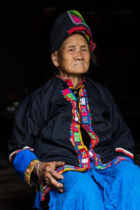 Nhiếp ảnh gia kể lại, đôi khi anh khó tìm được những người còn mặc nguyên trang phục truyền thống.