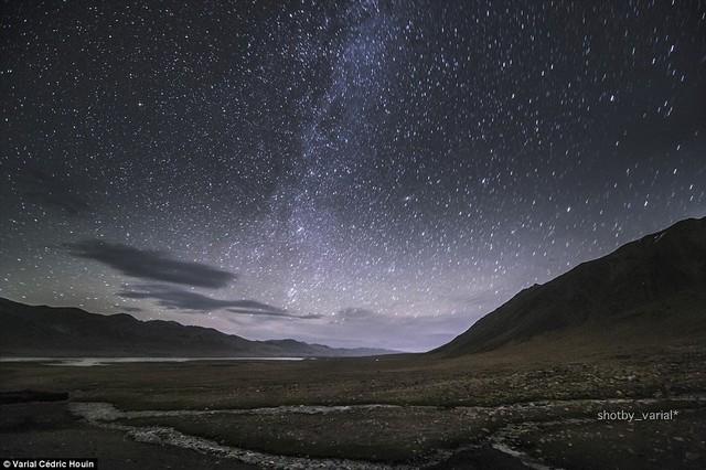 """""""Làm sao nhìn thấy khung cảnh ngoạn mục của bầu trời đầy sao khi sống trong thành phố ô nhiễm?"""", nhiếp ảnh gia chia sẻ"""