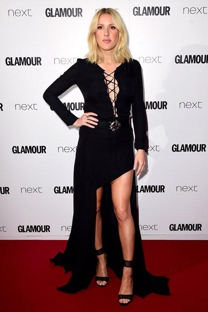 Nữ ca sĩ Ellie Goulding diện váy đen theo phong cách Trung cổ.