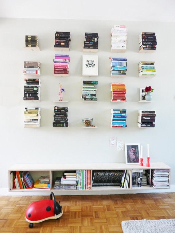 Những giá sách đóng tường đơn giản cũng là nơi bạn để những đồ vật trang trí cho bức tường nhà bạn thêm đẹp