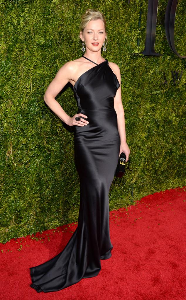 Gretchen Mol diện váy đen sang trọng bằng chất liệu lụa mềm mại.