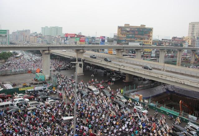 Các ngả đường tại ngã tư Khuất Duy Tiến - Nguyễn Trãi đều kẹt cứng.