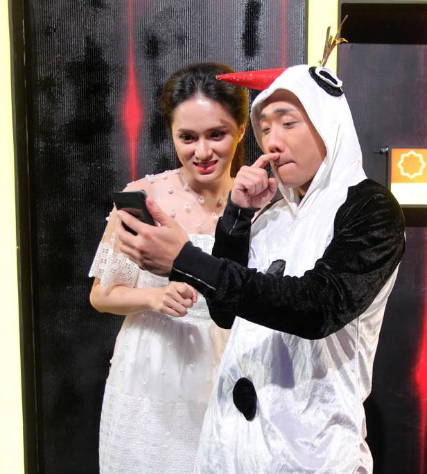 Anh cũng tranh thủ trò chuyện cùng Hương Giang Idol.