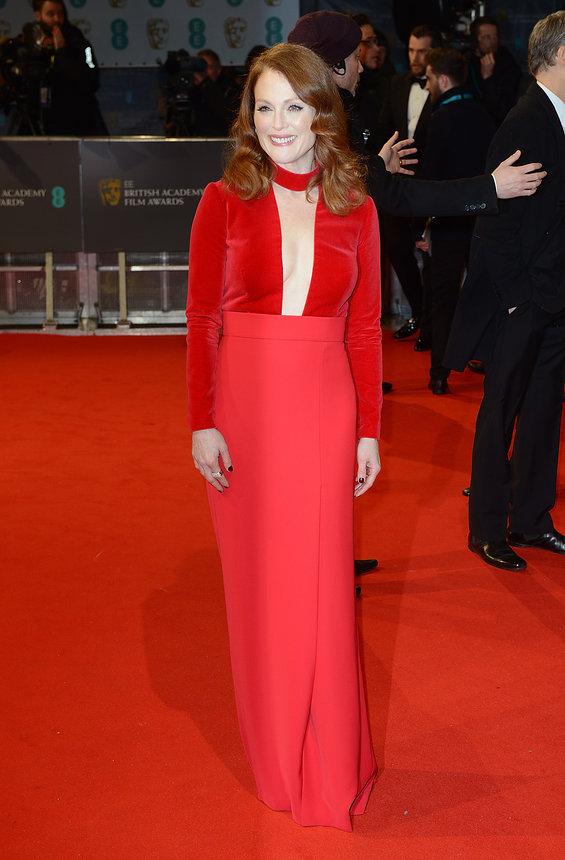 Julianne Moore diện bộ đầm bó gợi cảm màu đỏ, một thiết kế đẹp mắt của Tom Ford. Ở Lễ trao giải BAFTA năm nay, Julianne đã giành giải Nữ diễn viên chính xuất sắc nhất.
