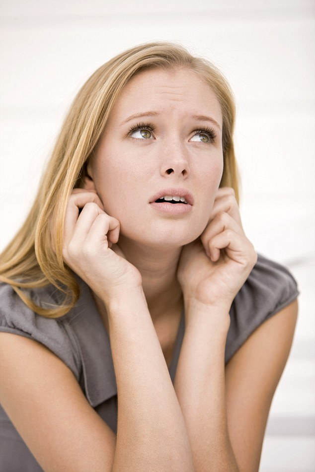 Trị ngứa họng bằng cách gãi tai: Việc làm này sẽ gây co cơ ở họng làm ngừng cảm giác ngứa