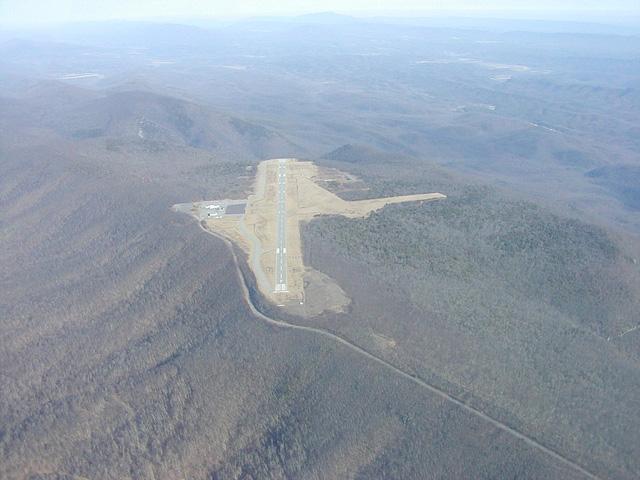 Sân bay Ingalls Field ở Hot Springs, bang Virginia, Mỹ, là sân bay có vị trí cao nhất trong khu vực.