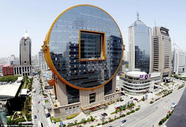 Tòa nhà hình đồng xu cổ nằm tại thành phố Thẩm Dương, Trung Quốc. Công trình có tên gọi Fang Yuan, được hoàn tất vào năm 2001.