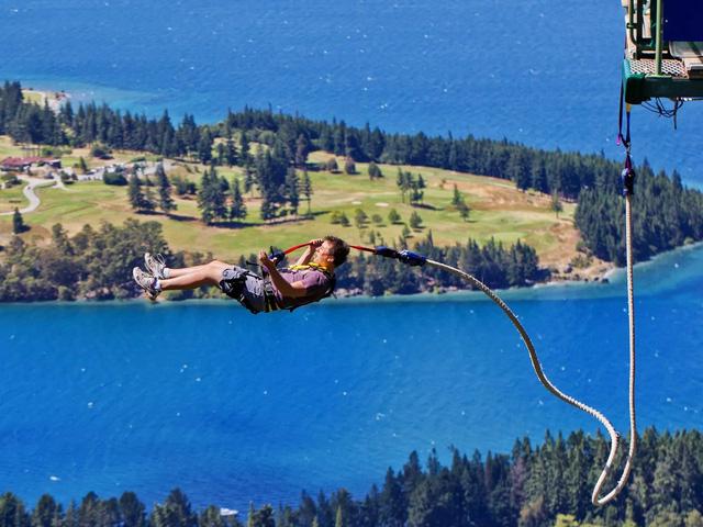Thử trải nghiệm với môn thể thao cảm giác mạnh như nhảy bungee hay nhảy dù