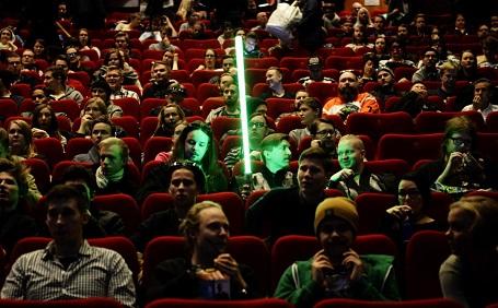 Một fan mang theo kiếm ánh sáng vào phòng chiếu ở Helsinki, Phần Lan.