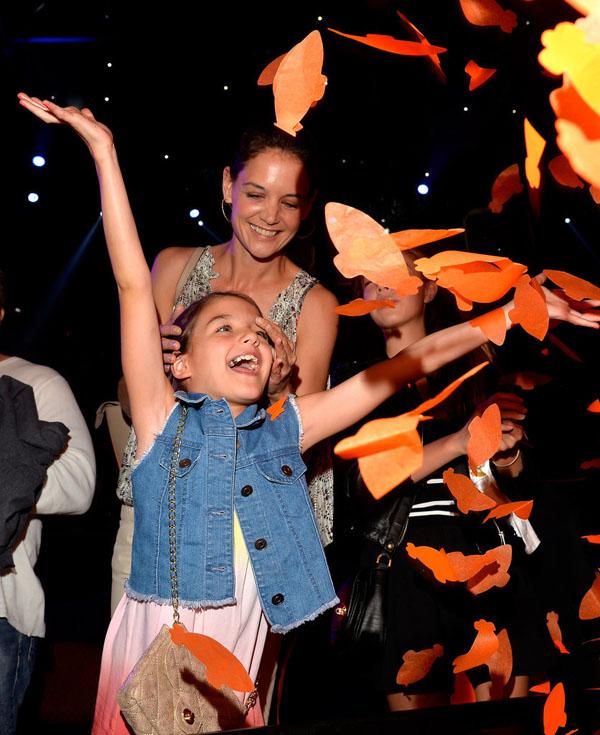 Hình ảnh rạng rỡ, tinh nghịch và hồn nhiên của Suri Holmes tại Kids Choice Awards 2015. Nét xinh xắn, đáng yêu cùng phong cách thời trang cực chất của Suri cũng luôn lọt vào ống kính của các paparazzi.