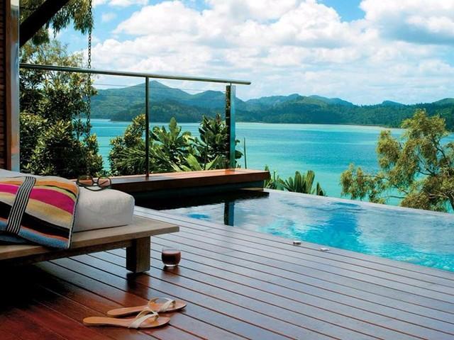 Thưởng thức cảm giác thư giãn tuyệt đối khi ngâm mình trong bể bơi vô cực và nhìn ra rạn san hô Great Barrier Reef nổi tiếng ở Qualia, một khách sạn trên đảo Hamilton của Australia. Nơi đây cũng từng được Condé Nast Traveler bầu chọn là khách sạn tốt nhất thế giới trong năm 2012