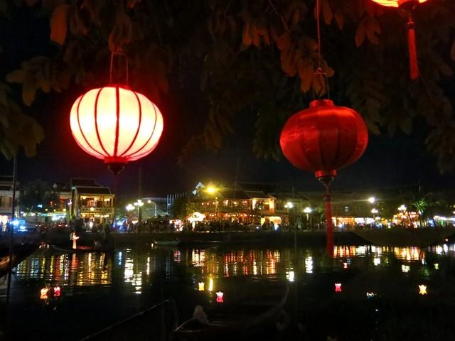 Dưới ánh sáng trăng, đèn lồng và hoa đăng lung linh khiến đêm rằm phố cổ Hội An đẹp như cổ tích