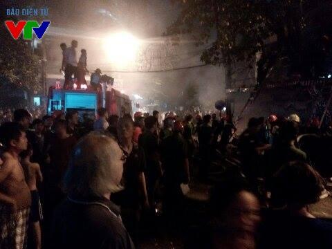 Rất đông người dân sống quanh khu vực đến theo dõi đội cứu hỏa dập đám cháy