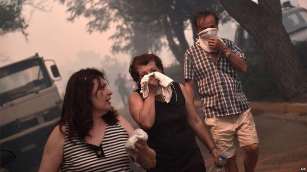 Cư dân Athens phải dời khỏi nhà để tránh khói.