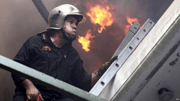 Hàng trăm nhân viên cứu hỏa tham gia dập tắt vụ cháy. (Ảnh: EPA)